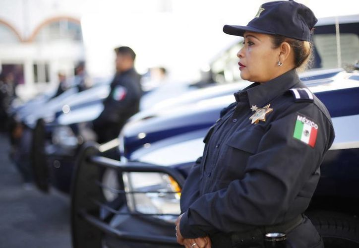Los agentes municipales recibieron patrullas y uniformes nuevos. Imagen del evento presidido por el alcalde Renán Barrera Concha.(Milenio Novedades)