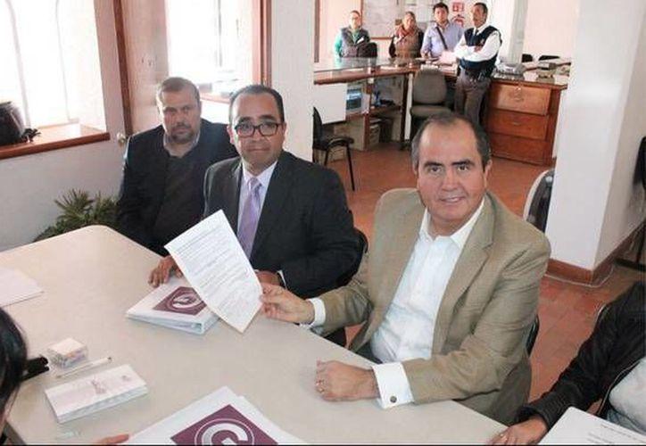 El expriista Gabriel Arellano realizó su registro en las instalaciones del Instituto Estatal Electoral como aspirante a la gubernatura de Aguascalientes. (Twitter)
