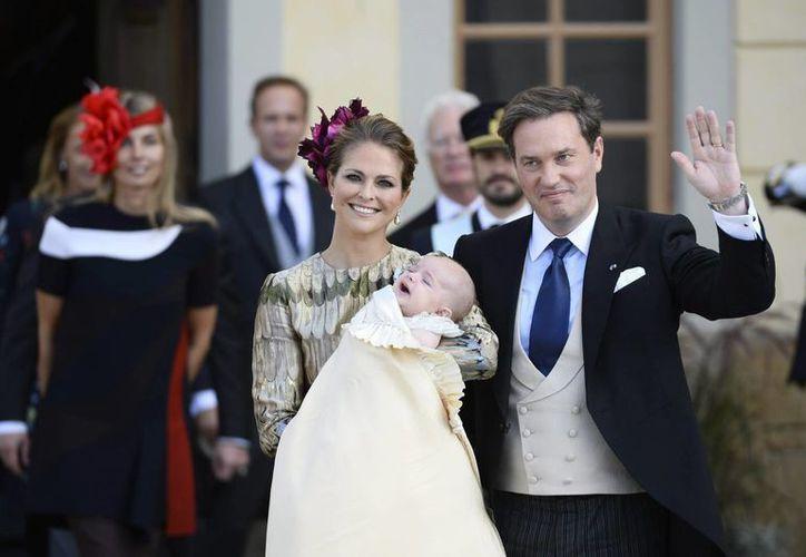 La princesa sueca Madeleine y su esposo, el empresario británico-estadounidense Christopher O'Neill, con el príncipe recién bautizado Nicolas Paul Gustaf. (EFE)