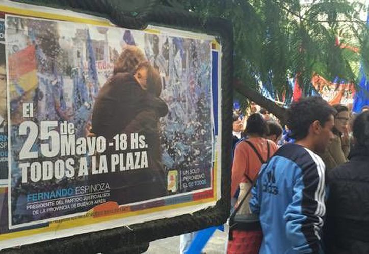 Miles de personas celebran el aniversario numero 205 de la Revolución de Argentina. (AP)