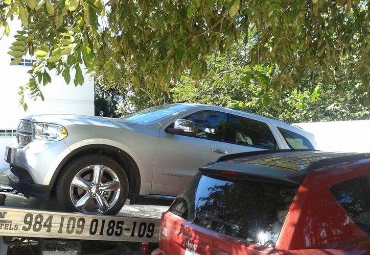 La ex alcaldesa permanece en su camioneta, tuvo que ser trasladada a la Procuraduría en grúa pues no quiso bajar de su vehículo. (Adrián Barreto/SIPSE)