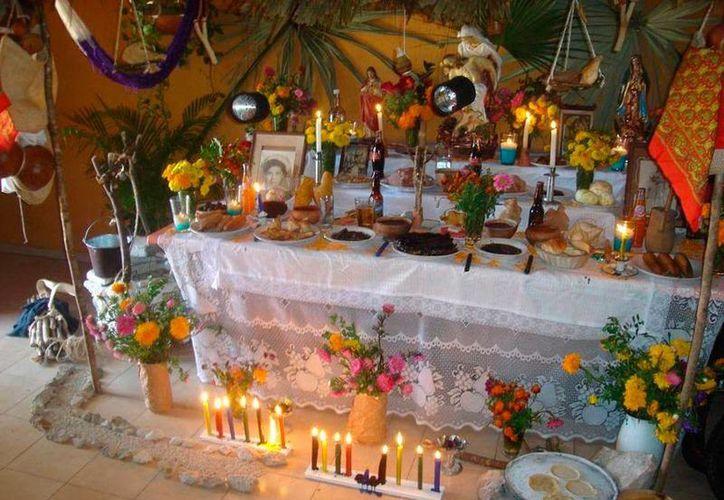 De acuerdo con una tradición 'chicana' que los yucatecos han hecho suya, los muertos que 'regresan' del más allá para la tradicional comida de ánimas (Hanal Pixán) tienen el poder de evitar las malas vibras. (Jorge Moreno/SIPSE)