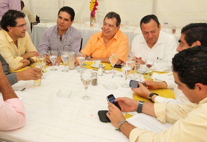 Líderes del PRD en reunión con el gobernador guerrerense (c). (guerrero.gob.mx)