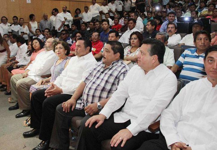 En el auditorio Silvio Zavala, el Ayuntamiento de Mérida entregó simbólicamente plazas labores a trabajadores, en el Día del Empleado Municipal. (Cortesía)