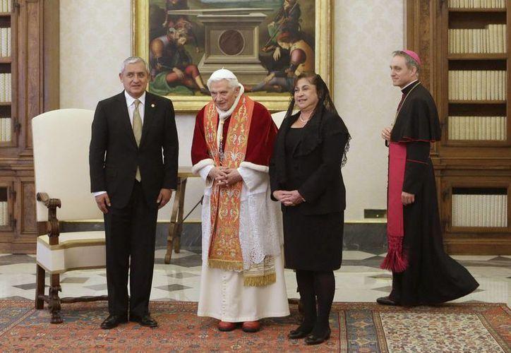 El Papa con el presidente de Guatemala, Otto Pérez, y su esposa. (EFE)