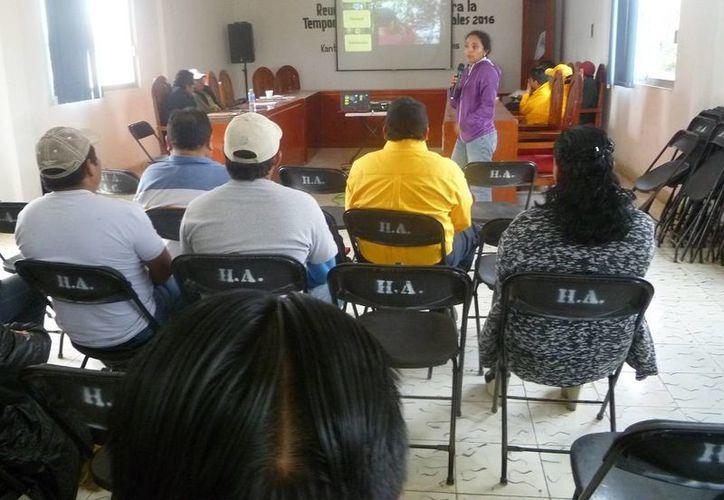 Las autoridades se reunieron en la sala de juntas del Ayuntamiento. (Raúl Balam/SIPSE)