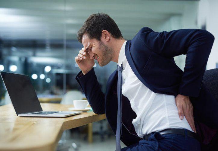 Las consecuencias de adoptar estas posturas incorrectas pueden conllevar un grave dolor crónico. (Foto: GETTY IMAGES/ISTOCKPHOTO)