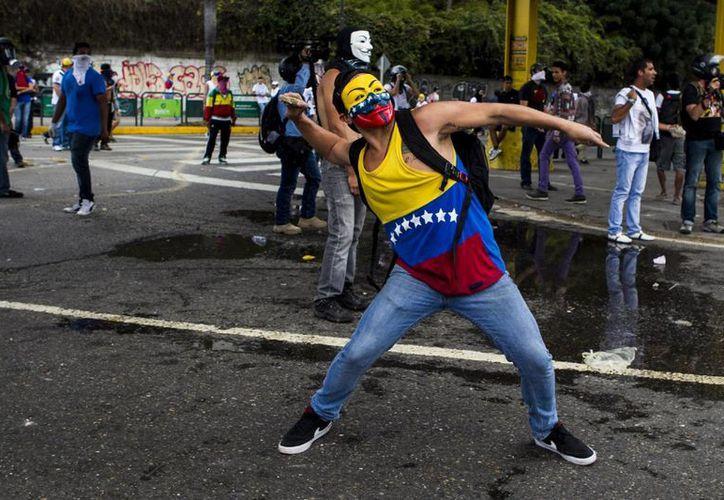 Con ese nuevo fallecimiento sumarían 19 los muertos relacionados con las protestas en Venezuela, desde el pasado 12 de febrero. (EFE)