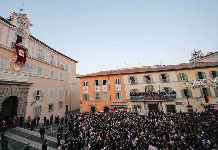 Cientos de fieles saludaron a Benedicto XVI en su último día como Papa, en Castel Gandolfo. (Archivo/Agencias)