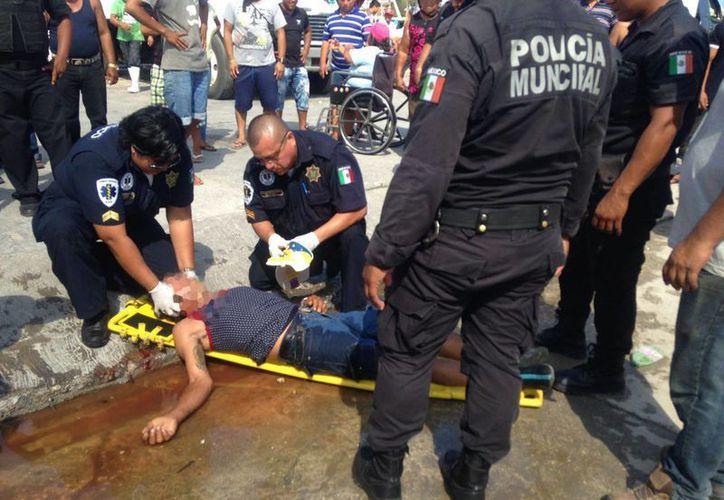 El hombre quedó tendido en el pavimento luego de que se rompió la cabeza al recibir un golpe de su contrincante. (Gerardo Keb/Milenio Novedades)