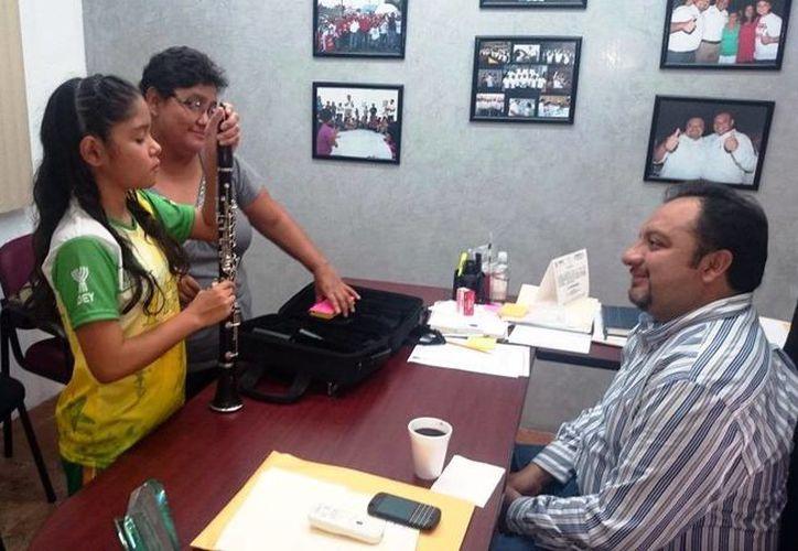 Mayra Gabriela Medina González, acompañada de su mamá, acudió a las oficinas dl diputado Francisco Torres para agradecer su clarinete nuevo. (Milenio Novedades)