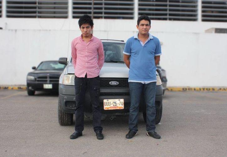 Pedro José Alcocer Marín y Emmanuel José Padua Felipe se divertían a bordo de una camioneta robada. (Milenio Novedades)