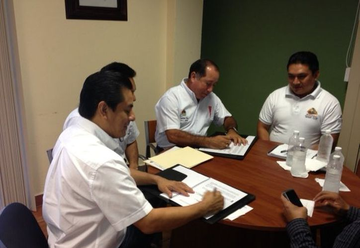 El director general del IEEA, Francisco Javier Novelo Ordóñez, y el presidente del Concejo Municipal de Bacalar, Francisco Alberto Flota Medrano, firmaron el documento. (Cortesía/SIPSE)