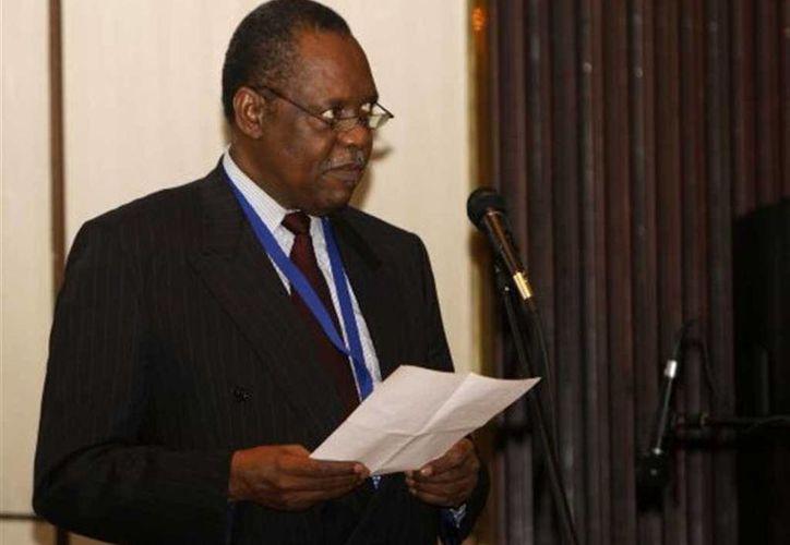 Issa Hayatou, presidente de la CAF, está en conflicto con la FIFA. (mwebantu.com/Archivo)