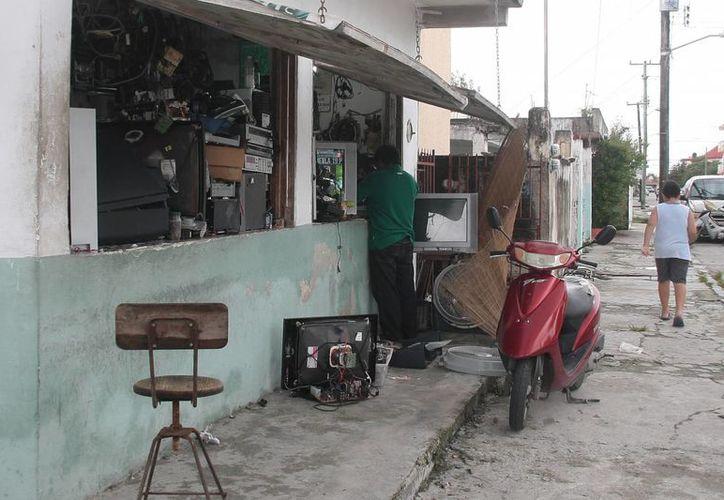 Los talleres abandonan en la vía pública los desechos electrónicos. (Julián Miranda/SIPSE)