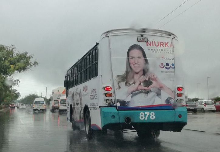 Camiones y espectaculares inundados con propaganda de Niurka y AMLO. (Foto: I. Leal)