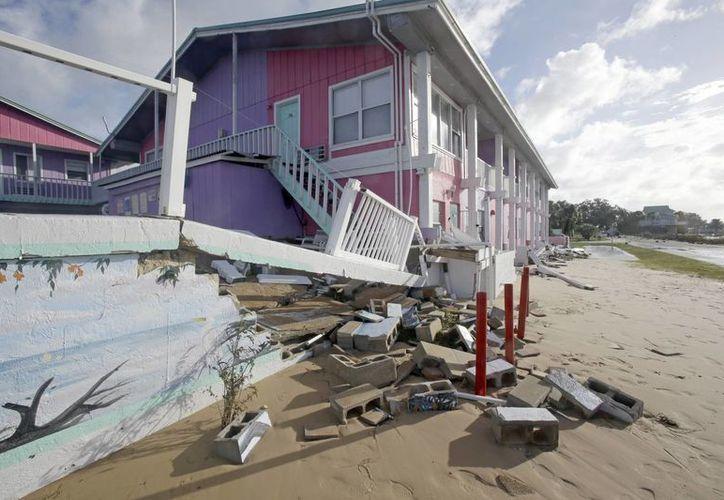 Parte de una pared que se derrumbó debido al impacto de las olas,  por el paso del huracán Hermine, en Cedar Key, Florida. El fenómeno meteorológico se degradó a tormenta tropical después de tocar tierra. (Foto AP / John Raoux)