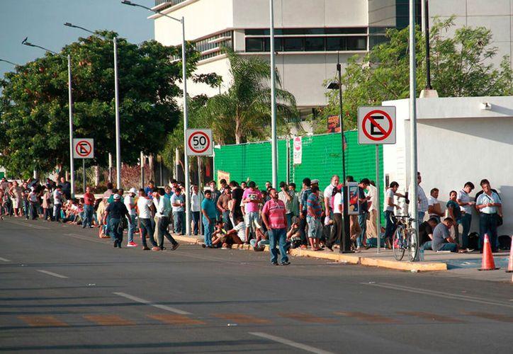 Los módulos de canje de placas no se dan abasto ante la demanda de dueños de vehículos que intentan realizar el trámite antes del cierre del plazo legal, el próximo 30 de junio. (Jorge Acosta/SIPSE)