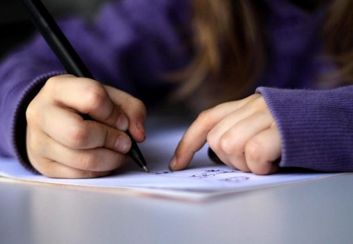 Escribir a mano ayuda a retener información durante más tiempo y a captar nuevas ideas, a diferencia de introducir datos en ordenadores, tabletas o móviles. (Imagen tomada de tvperu.gob.pe.)