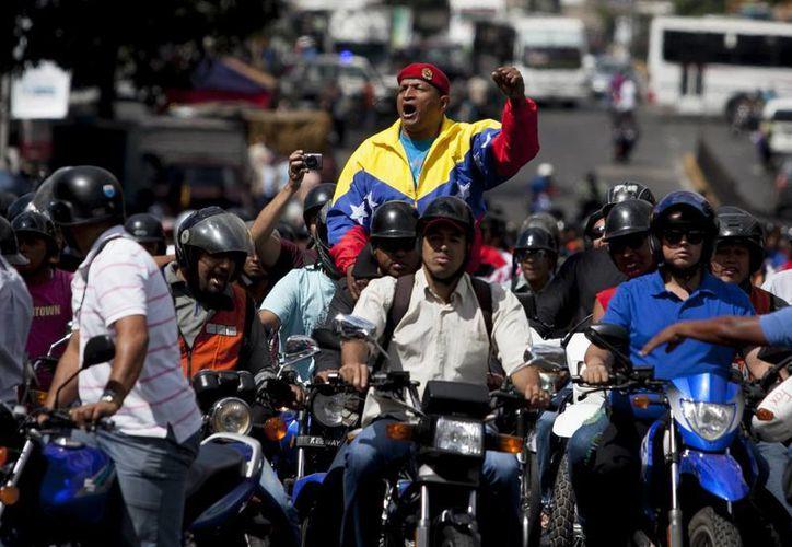 Una caravana de motociclistas protesta por una propuesta que restringiría su circulación en Caracas, Venezuela. (Agencias)