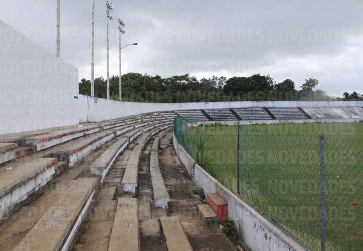El estadio de Fútbol José López Portillo se encuentra dañado en todas sus áreas, por lo que le urge mantenimiento. (Foto: Miguel Maldonado)