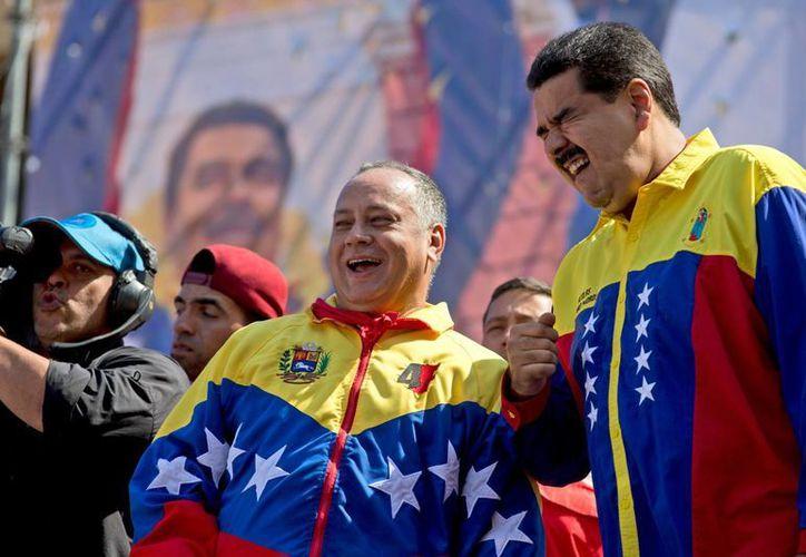 El presidente venezolano Nicolás Maduro (d) con Diosdado Cabello, presidente de la Asamblea Nacional de Venezuela, durante un mitin antiestadounidense en Caracas por violaciones a los derechos humanos. (AP)