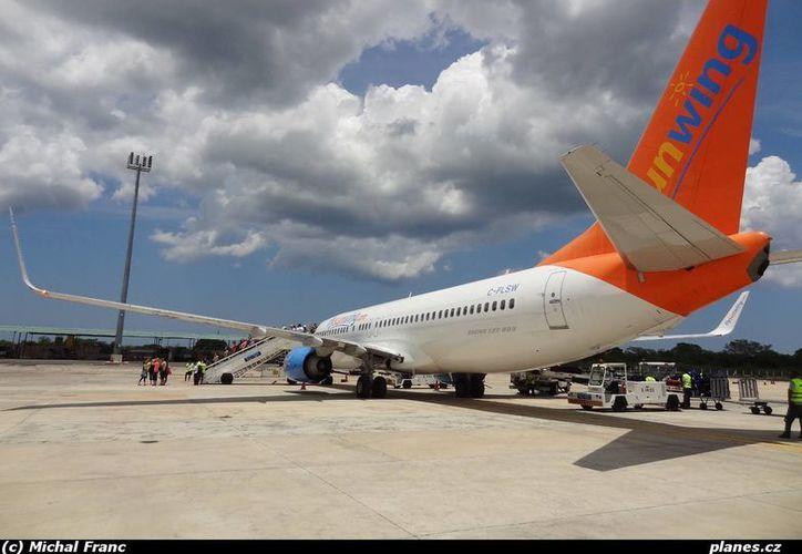 Luego de aterrizar en Helena, capital de Montana, los  pasajeros del Sunwing Airlines esperaron varias horas en la pista del aeropuerto porque no había personal de Aduanas. (Foto de contexto/planes.cz)
