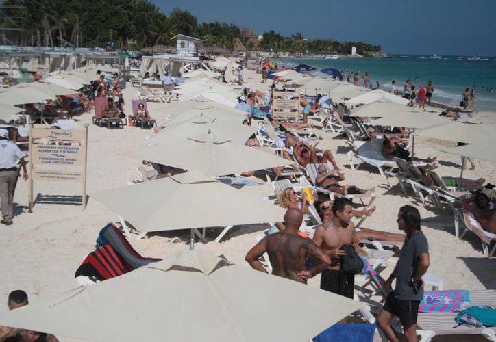 Gente local y turistas no desaprovecharon el sol que se sintió ayer en Playa del Carmen. (Octavio Martínez/SIPSE)