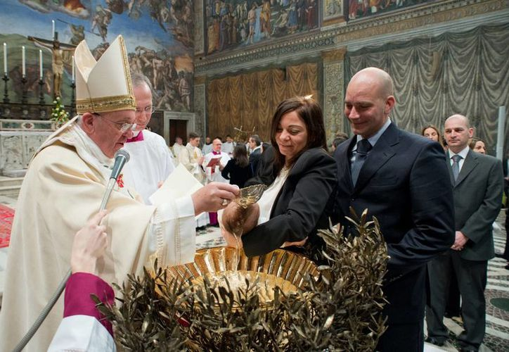El Papa bautizó a 32 bebés este domingo en la Capilla Sixtina; entre ellos estaba el hijo de una madre soltera. (Agencias)