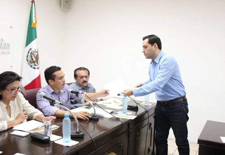 El diputado panista Mauricio Vila Dosal entrega un oficio con observaciones de su fracción parlamentaria sobre la Iniciativa de Ley de Ingresos y de Reforma a la Ley de Hacienda del municipio de Mérida. (SIPSE)