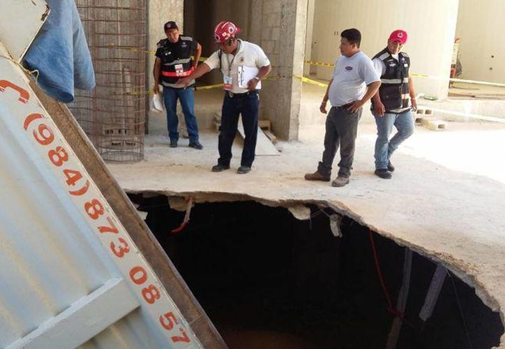 La construcción en donde se hundió un camión deberá ser demolida, por órdenes de Protección Civil de Playa del Carmen. (Daniel Pacheco/SIPSE)