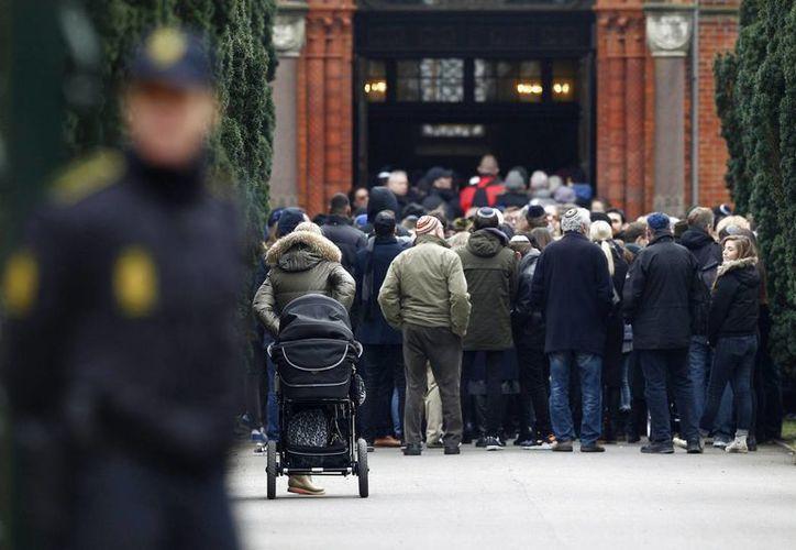 Miembros de la comunidad judía se acercan al cementerio judío de Copenhague, Dinamarca, el pasado 18 de febrero, para asistir al funeral de Dan Uzan, el hombre judío danés asesinado mientras hacía guardia delante de una sinagoga. (Archivo/EFE)