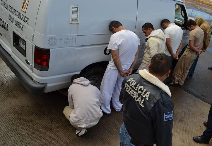 Traslado de reos federales considerados peligrosos, del penal de Uruapan, Michoacán, al al Centro Federal de Reinserción Social del municipio de Ocampo, Guanajuato. (Notimex)