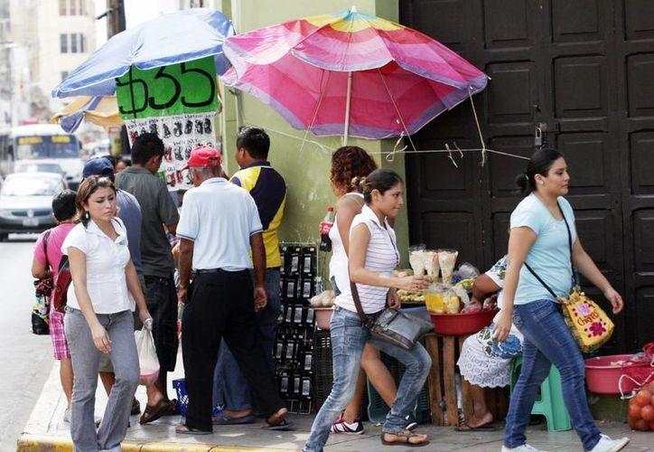 Los ambulantes impiden el paso de los ciudadanos en las aceras del centro de Mérida. (Milenio Novedades)