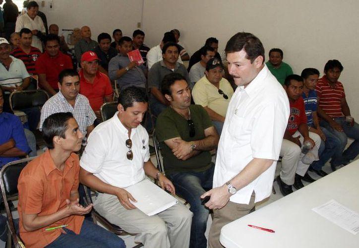 Enrique Castillo Ruz ofrece información sobre el programa de inmigración a grupos interesados. (SIPSE)