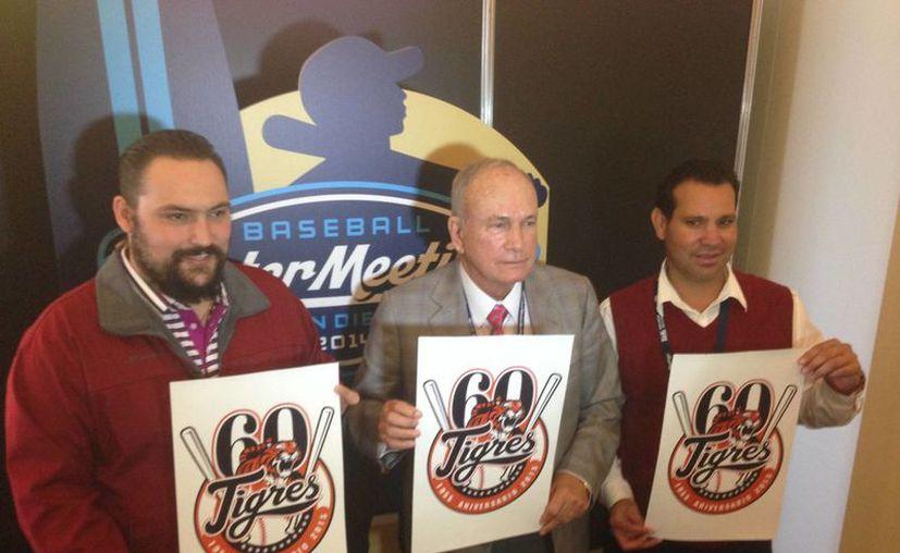Los directivos Amador Gutiérrez, Cuauhtémoc Rodríguez y Francisco Minjarez, con el flamante logo. (Redacción/SIPSE)