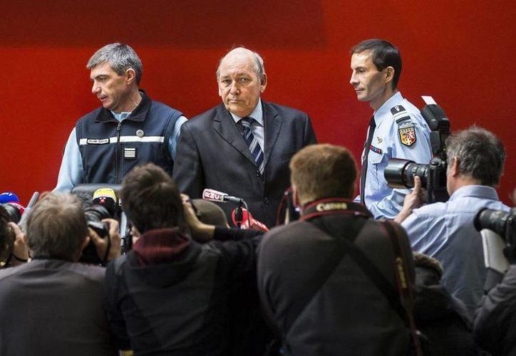 """Schumacher esquiaba a una velocidad """"normal"""" fuera de pistas bien balizadas, informó el fiscal Patrick Quincy (centro), durante la rueda de prensa para dar los pormenores del accidente que mantiene en coma el expiloto de la F1. (Efe)"""