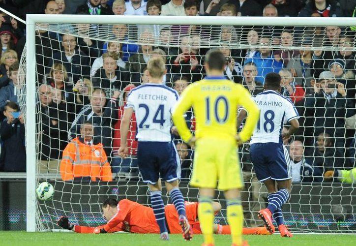 Saido Berahino anota uno de los goles del West Brom, que se salvó del descenso y venció 3-0 al prematuro campeón Chelsea en la Liga Premier. (Foto: AP)