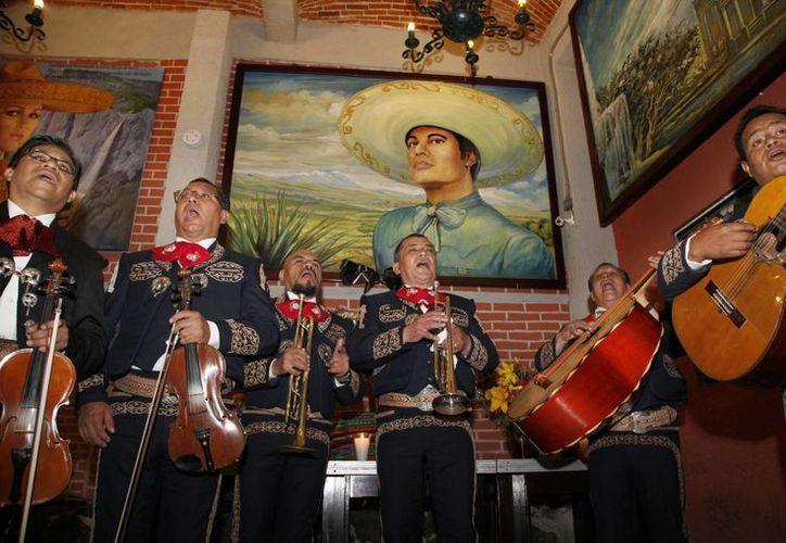 En Ciudad Juárez, el gobernador de Chihuahua, César Duarte, anunció que las cenizas del cantante se quedarán en esta ciudad, una vez que viajen a todos los lugares donde se le rendirán honores. (AP/ Marco Ugarte)