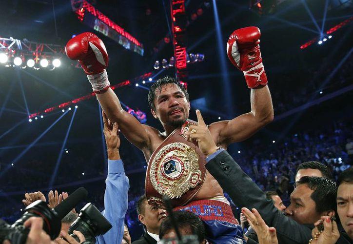 El filipino Manny Pacquiao luce el cinturón de campeón de peso welter de la OMB que se adjudicó tras derrotar al estadunidense Brandon Ríos. (Agencias)