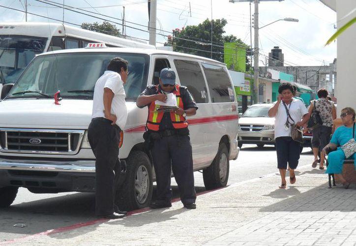 Los elementos policíacos sólo amonestan verbalmente a los infractores. (Julián Miranda/SIPSE)