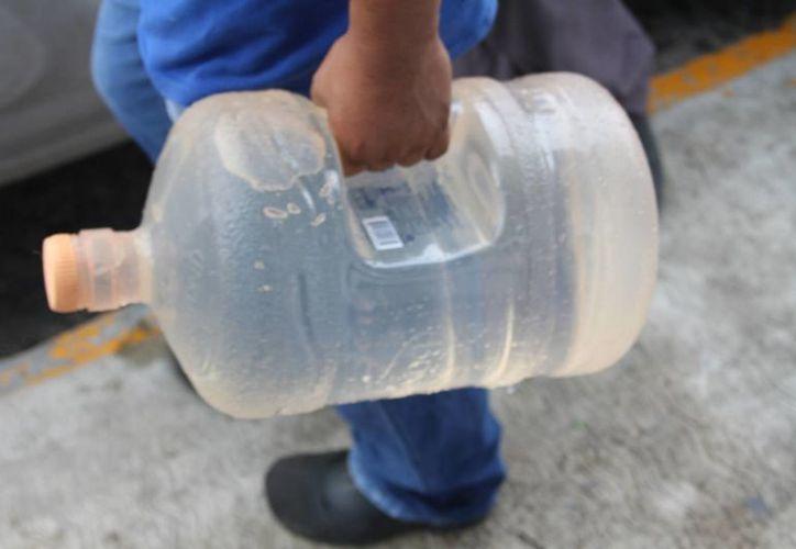 A partir del 7 de febrero la Cofepris castigará a quienes vendan garrafones de agua purificada que hayan sido expuestos al sol al transportarlos. (Octavio Martínez/SIPSE)