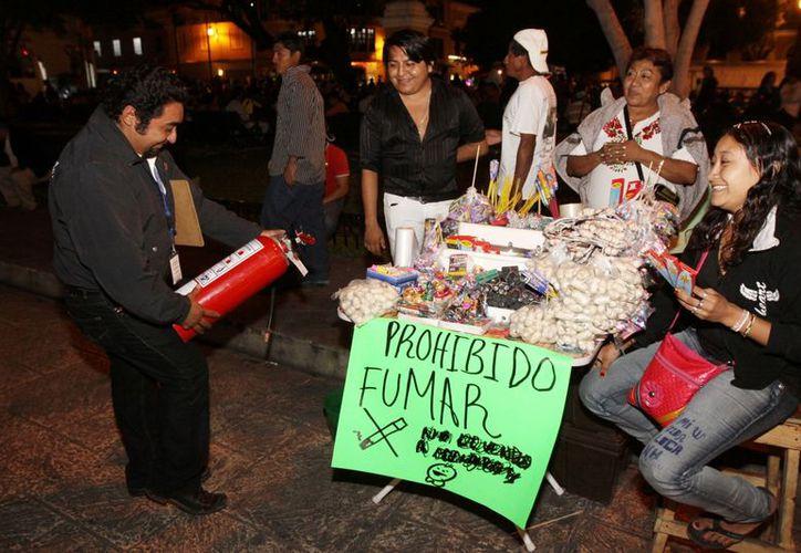 Protección Civil Municipal verificó que los vendedores de petardos ubicados en el Eulogio Rosado cuenten con extintor de polvo y cubeta de agua y/o arena en previsión de cualquier siniestro. (Cortesía)