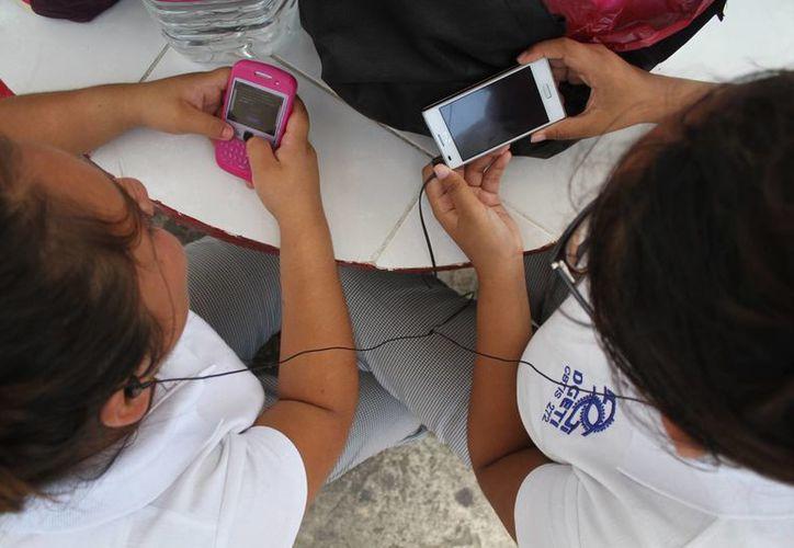 Otra de las ventajas del celular es la facilidad de portabilidad y que el costo es bajo en comparación con una computadora de escritorio o laptop. (Sergio Orozco/SIPSE)