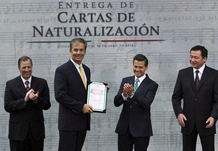 El presidente Enrique Peña Nieto pidió a los nuevos ciudadanos mexicanos sentirse orgullosos de pertenecer a una nación con un presente renovado y en proceso de transformación que avanza con paso firme, al entregar 21 cartas de naturalización. (Notimex)