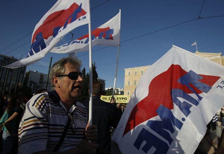Empleados públicos marchan frente al Parlamento griego en Atenas. (Agencias)