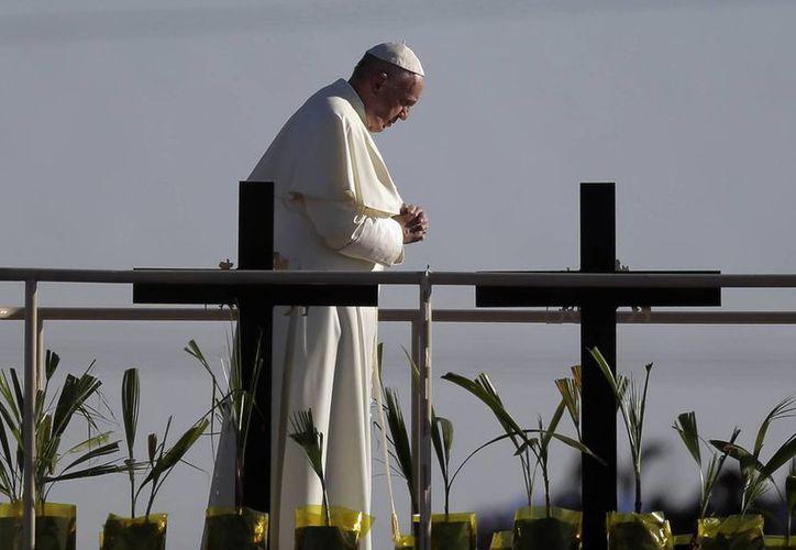 El Papa ora cerca de la valla entre Estados Unidos y México, en Ciudad Juárez. Francisco hizo la señal de la cruz y bendijo a cientos de personas se reunieron en el Paso. (Foto AP / Eric Gay)