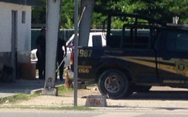 Imagen, tomada con un teléfono celular, de las camionetas de la SSP en la base pescador, hasta donde presuntamente llevaron a 2 detenidos que cargaban con 300 kilos de pepino de mar, especie en veda. (Gerardo Keb/SIPSE)