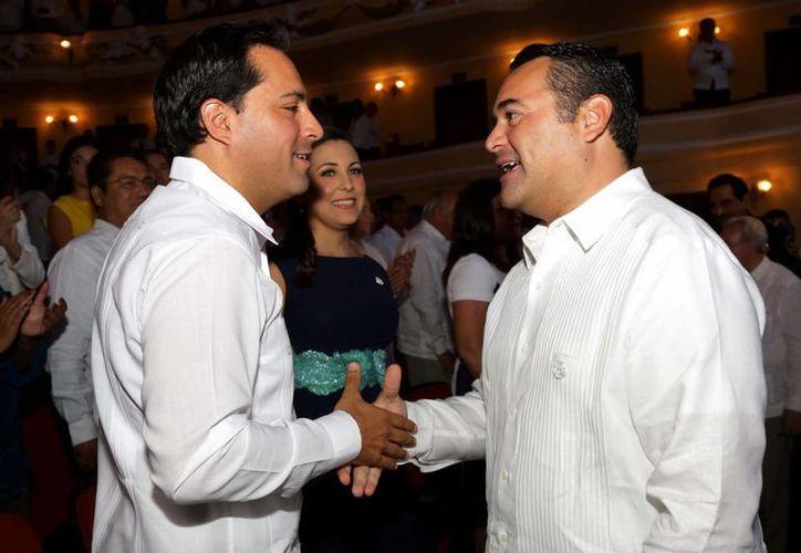 El alcalde Renán Barrera Concha saluda a quien le sucederá en el cargo, el también panista Mauricio Vila Dosal, al llegar a la ceremonia protocolaria por su tercer informe de gobierno. (Cortesía)