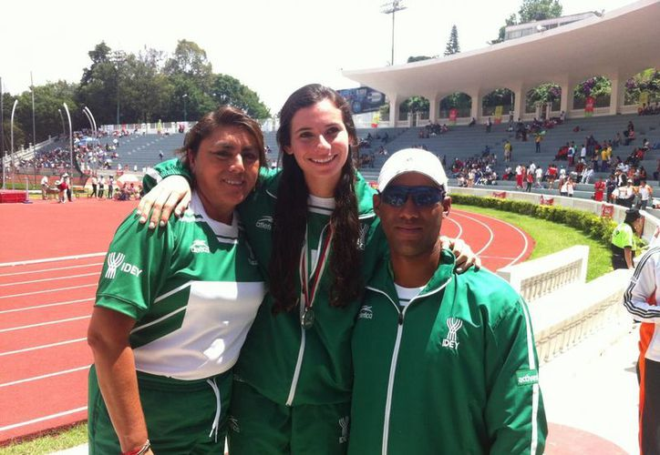Luisa Rejón con sus entrenadores después de la premiación en Veracruz, dentro de la prueba de salto de longitud de la Olimpiada Nacional. (Milenio Novedades)